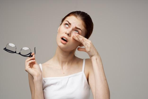 Vrouw met een slecht gezichtsvermogen gezondheidsproblemen astigmatisme bijziendheid