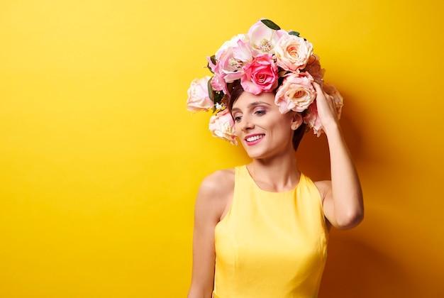 Vrouw met een slinger gemaakt van bloemen