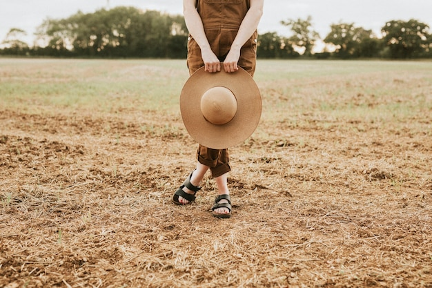 Vrouw met een strooien hoed met brede rand