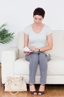 Vrouw met een tas en een tijdschrift