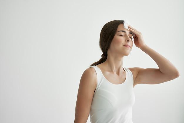 Vrouw met een verkoudheid veegt haar gezicht af met een zakdoek migraine. hoge kwaliteit foto