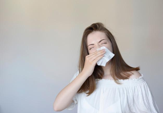 Vrouw met een verkoudheid