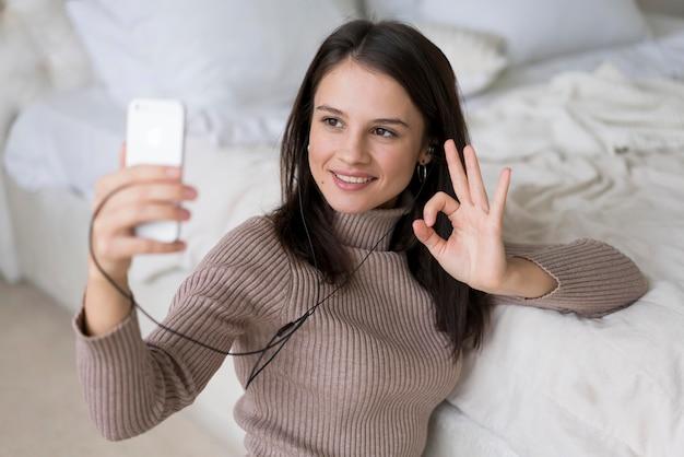Vrouw met een videogesprek op haar telefoon