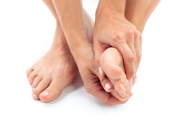 Vrouw met een voetbehandeling