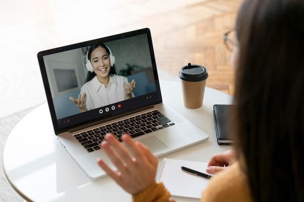 Vrouw met een zakelijke bijeenkomst online