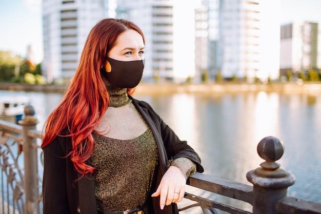 Vrouw met een zwart beschermend masker op haar gezicht