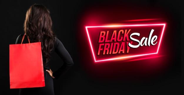 Vrouw met een zwarte vrijdag boodschappentas