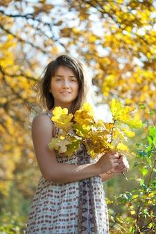 Vrouw met eikenbladeren posy