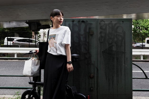Vrouw met elektrische fiets in de stad
