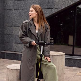 Vrouw met elektrische scooters in de stad