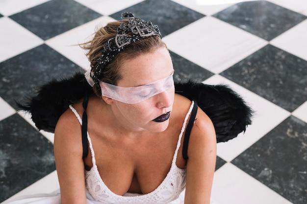Vrouw met engelvleugels en oogbinding