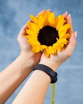 Vrouw met enkele zonnebloem