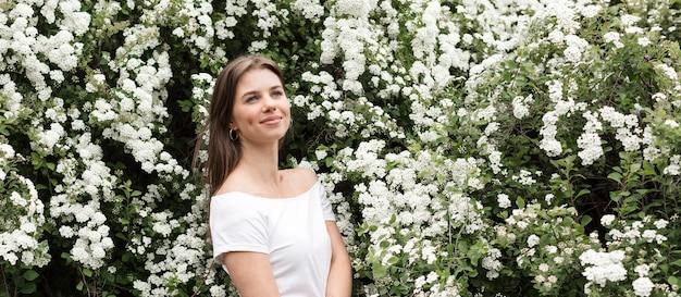 Vrouw met erachter bloemen