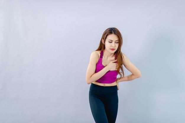 Vrouw met ernstige hartpijn, die duidelijke symptomen vertoont