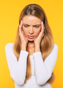 Vrouw met ernstige hoofdpijn raakt haar slapen aan