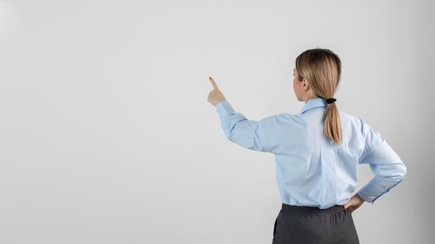 Vrouw met exemplaarruimte middelgroot schot