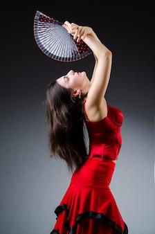 Vrouw met fan danstansen