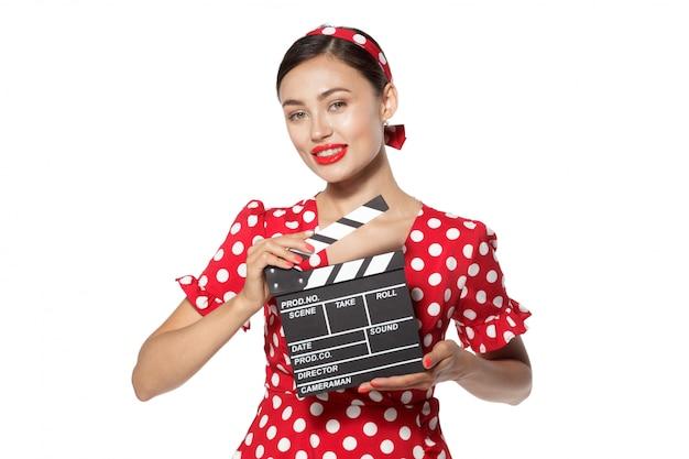 Vrouw met film klepel bord. jong retro pin-up meisje
