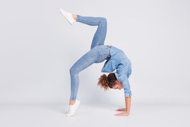 Vrouw met flexibele lichaamsvaardigheden