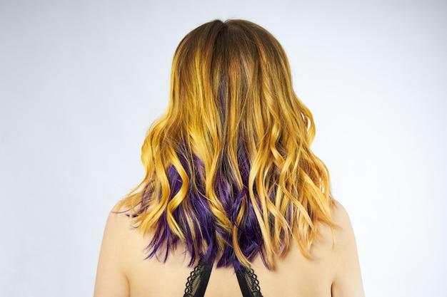 Vrouw met geel en paars haar