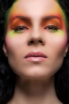 Vrouw met gekleurde make-up