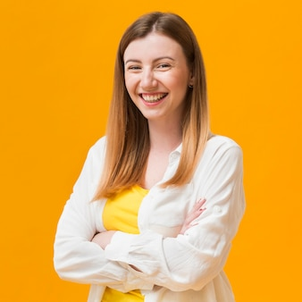 Vrouw met gekruiste armen lachen