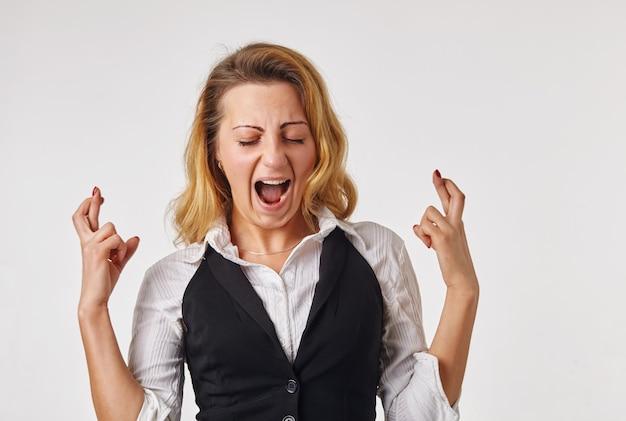 Vrouw met gekruiste vingers. concept van het wensen of bidden over iets
