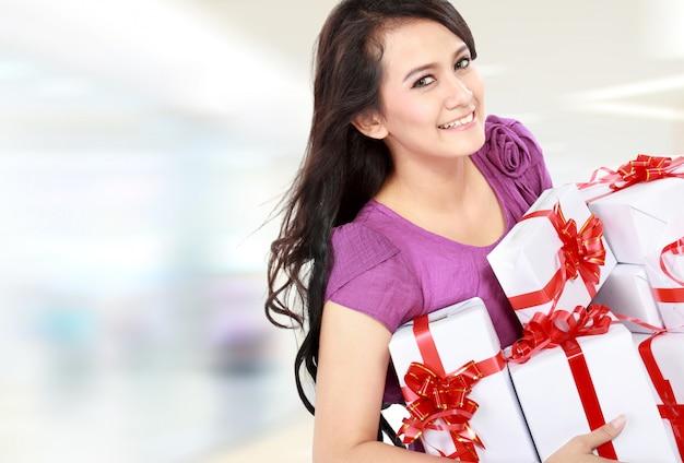 Vrouw met geschenkdoos bij het winkelcentrum