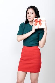 Vrouw met geschenkdoos en toothy glimlachen