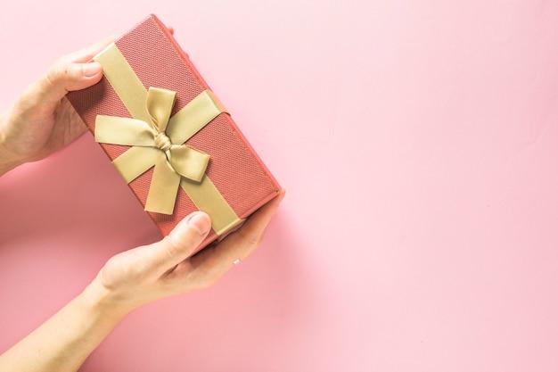 Vrouw met geschenkdoos in handen