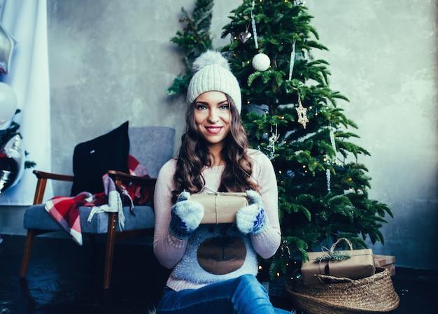 Vrouw met geschenkdoos.