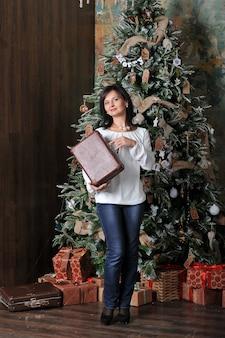 Vrouw met geschenken met kerstmis
