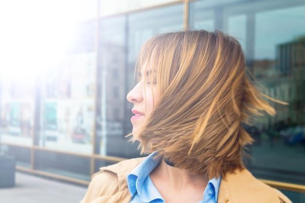 Vrouw met gesloten ogen glimlachend nieuwe dag