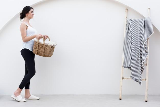 Vrouw met geweven wasmand lifestyle concept