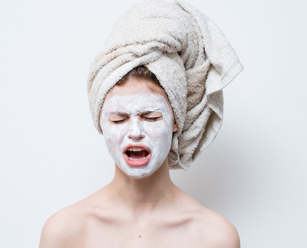 Vrouw met gezicht crème masker huidverzorging close-up glimlach.