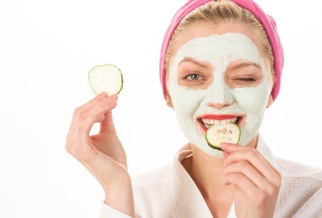 Vrouw met gezichtskleimasker. spa salon. cosmetisch masker met komkommer. natuurlijke schoonheid. perfecte huid.