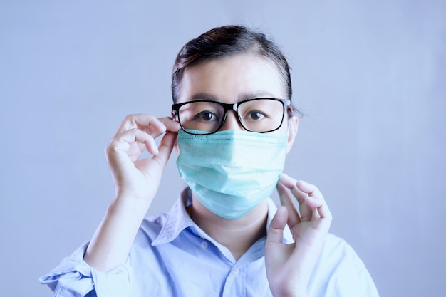 Vrouw met gezichtsmasker beschermend voor coronavirus, meisje met chirurgisch masker op gezicht tegen coronavirus 2019.