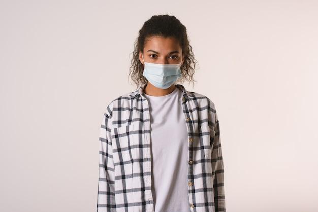 Vrouw met gezichtsmasker. concept van pandemie van covid-19 coronavirus