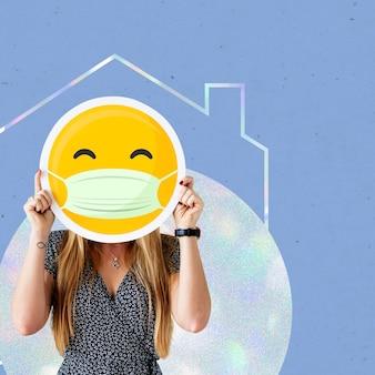 Vrouw met gezichtsmasker en zelfisolatie vanwege covid-19 sociale sjabloon covid