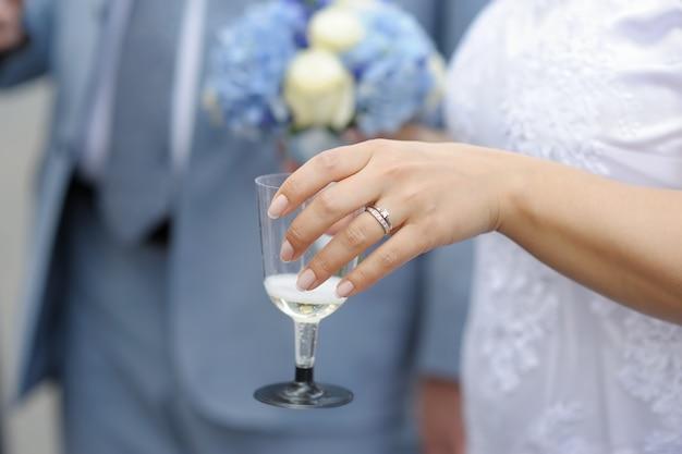 Vrouw met glas met champagne