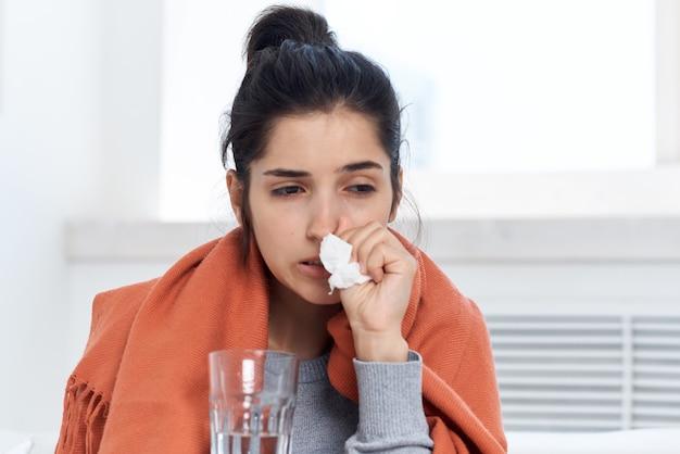 Vrouw met glas water en medicatie koude medicijnkuur