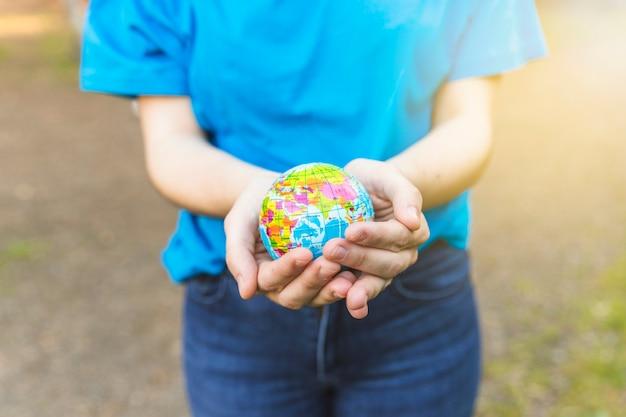 Vrouw met globe in handen