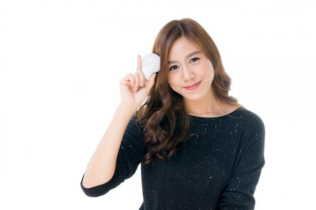 Vrouw met gloeilamp in haar hand