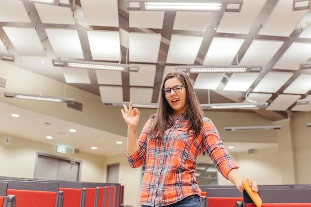 Vrouw met goed teken in collegezaal
