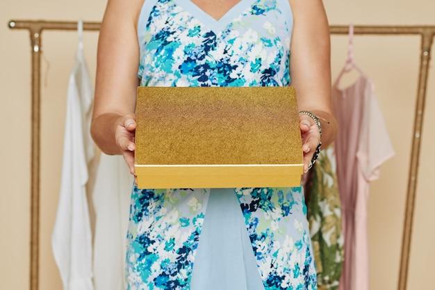 Vrouw met gouden doos