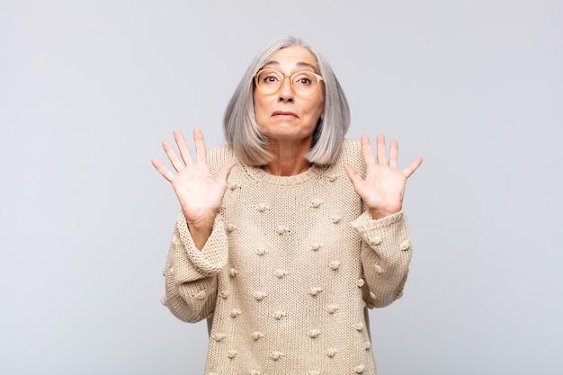 Vrouw met grijs haar die nerveus, angstig en bezorgd keek en zei dat het niet mijn schuld was