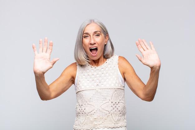 Vrouw met grijs haar die stomverbaasd en bang was, bang voor iets beangstigend