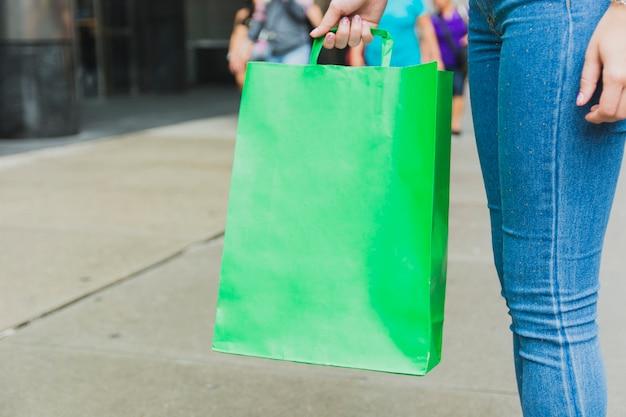 Vrouw met groene boodschappentas