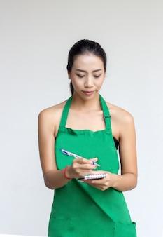 Vrouw met groene schort hebben idee