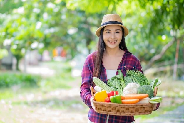 Vrouw met groenten mand met wazige achtergrond